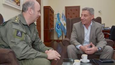El gobernador junto al Jefe de la Agrupación XIV de Gendarmería Nacional, Darío Pellerano.