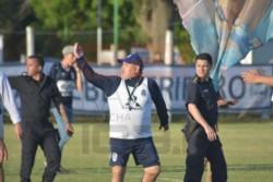 Maradona salió a saludar a los hinchas que se acercaron a Estancia Chica tras dar marcha atrás a su renuncia.