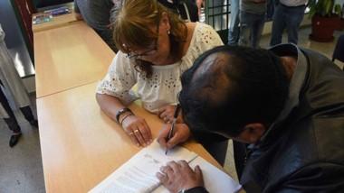 Firma. Mateo Suárez, líder de la UOCRA, rubrica el petitorio para que la conciliación se pueda extender.