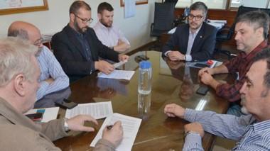 Firmas. Los protagonistas rubrican el acuerdo, que apuntan al desarrollo del sector energético en Chubut.