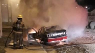Tres vehículos incendiados y dos sujetos detenidos por los episodios.