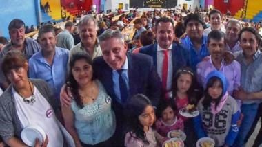 Felicidades. El gobenador Arcioni en los festejos con pequeños vecinos de un aniversario más de la localidad cordillerana de Corcovado.