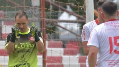Puños en alto. Nicolás Weyers, arquero de Lácar,  atajó el penal y garantizó el 0-1 que su equipo celebró.