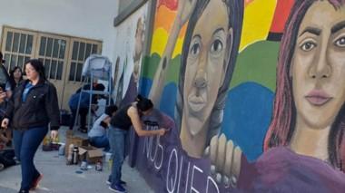 El mural se pinta en una de las paredes exteriores del gimnasio Municipal N°1 de la ciudad de Trelew.