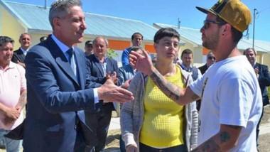 El gobernador Arcioni ayer en Comodoro Rivadavia durante la entrega de viviendas a los beneficiarios.