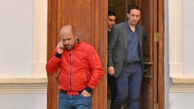 Ricardo Sastre y Adrián Maderna ayer cruzando desde Casa de Gobierno a la Residencia Oficial donde mantuvieron el encuentro político con el gobernador Mariano Arcioni.