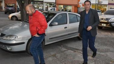 Sastre y Maderna cuando llegaban al encuentro en Rawson con el gobernador Mariano Arcioni.