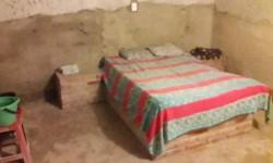 En los cuartos se observó además camas de ladrillos de 2 plazas, baldes de agua y jabón.