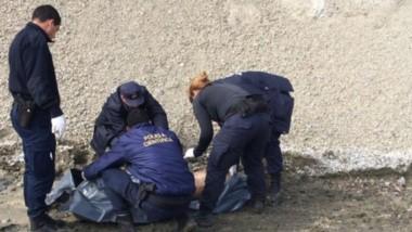 Momentos en que personal de Criminalística procedía al levantamiento del cadáver  para su traslado .
