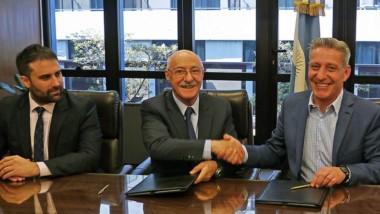Convenio. El gobernador fue acompañado por el ministro de la Producción en el encuentro en el CFI.