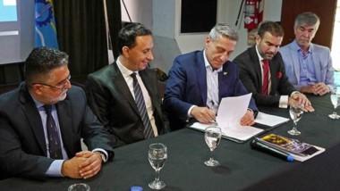 La firma se llevó adelante en la Casa del Chubut en Buenos Aires, con la presencia del gobernador Arcioni y el intendente Maderna.
