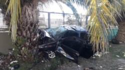 El conductor habría querido esquivar una alcantarilla que no tenía tapa, pero el auto rozó el cordón, perdió el control y terminó incrustado en una palmera.