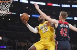 Anthony Davis tuvo 26 tantos y 13 rebotes y LeBron James totalizó 23 unidades y 11 asistencias.