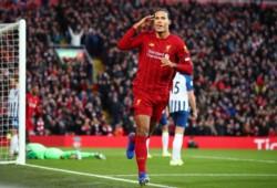 Liverpool derrota 2-1 y aprovecha con un poco de sufrimiento el empate del City. Doblete de Van Dijk.
