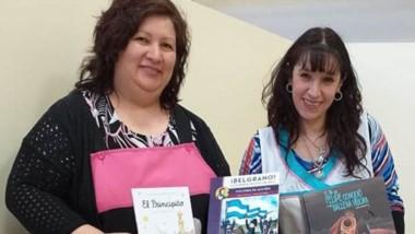 Las docentes de la Escuela Nº 167 con los libros donados.