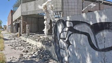 El mural lo realizó Esteban Ferreyra en 1986 y era un homenaje a los trabajadores de la industria de Rawson.