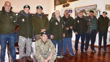 El grupo acompañado de Oficiales de la IX Brigada de Comodoro. Los ex combatientes quieren mantener viva la causa Malvinas.