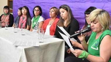 Inquietas. El colectivo lee el documento con varias denuncias contra funcionarios públicos.