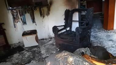 El comedor de la casa de la madre de sus hijas, destruído por un incendio presuntamente intencional.
