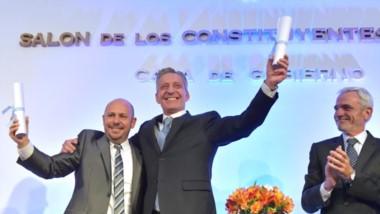 Sonrisas. La sonrisa de la fórmula proclamada tras recibir sus diplomas y ante la mirada de Mario Vivas, presidente del STJ y miembro del TEP.