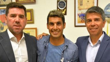 Gerardo Haro posa con el trofeo junto a Walter Ñonquepán y David Cárdenas, titulares de Chubut Deportes.