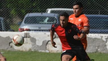 """""""Jony"""" Gómez intenta superar a Brian Garino en uno de los duelos reiterados de la tarde de ayer."""