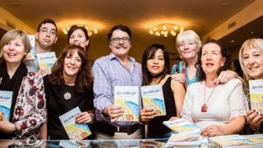 Autores de los poemas de la antología junto al coordinador del taller, el poeta Sergio Pravaz.