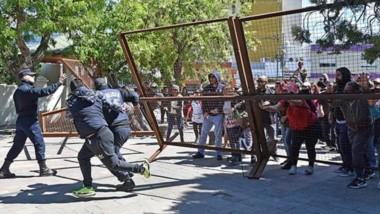 Corridas. Una postal del momento en que los manifestantes derriban las vallas de Casa de Gobierno.