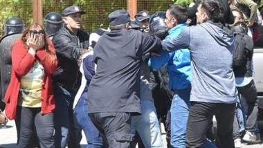 Empujones. La mañana capitalina de nuevo se agitó por el conflicto de los docentes con el Gobierno.