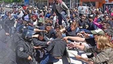 Descontrol. Todos los brazos se extienden en el momento de mayor tensión en la mañana rawsense, en el instante en que el jefe de la Policía detiene al referente sindical docente.