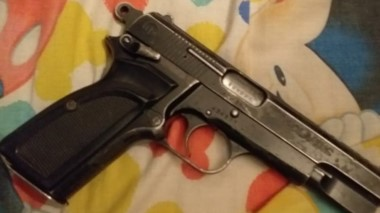 El arma de fuego que fue encontrada en el interior de un vehículo.
