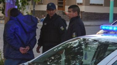 Uno de los detenidos pagó. Su amigo no y se ganó el reproche de su par ya que pasarían la noche presos.