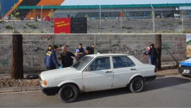 En la parte inferior se puede ver el procedimiento de secuestro del rodado usado por los asaltantes, sobre la calle 13 de Julio.