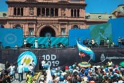 Con una tremenda versión del Himno Nacional, terminó el festival musical en la Plaza de Mayo.