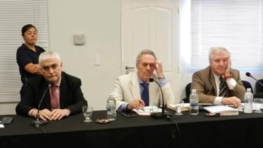 Trío. Desde la izquierda, el juez König junto con los defensores Arnaldo Barone y Alfredo Pérez Galimberti.