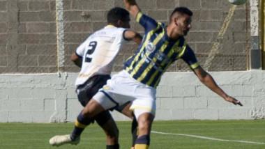 Matías Presentado, en acción la victoria por 4-1 ante Juventud Unida Universitario, de San Luis el pasado 1° de diciembre en el Abel Sastre.