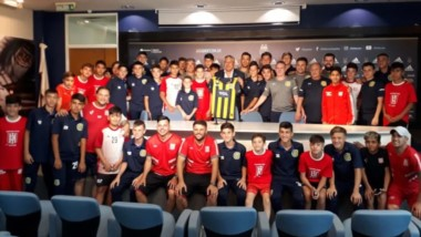 Los jóvenes de Racing Club de Trelew posan consus pares de Rosario Central antes de la final y junto a Claudio Tapia, presidente de la AFA.