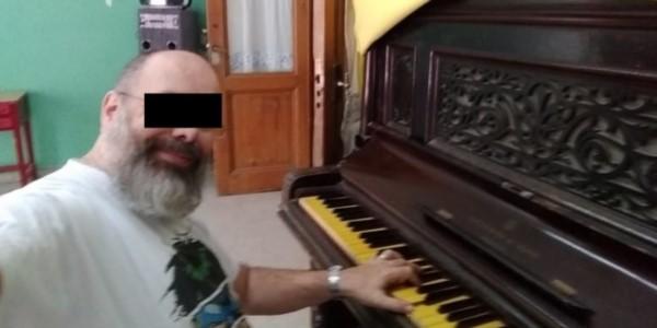 Diego. L. se grabó en la sala de música, desnudo y masturbándose junto al piano.