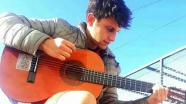 Fernando Restucha junto a su amiga inseparable. Además de su pasión por el futbol ,también es musico.