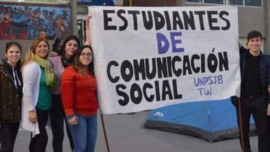 Reclamo. Algunos de los jóvenes afectados por una decisión que esperan revertir en la reunión del Consejo Superior en Comodoro Rivadavia.