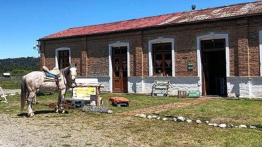 Tradición. Uno de los viejos almacenes de ramos generales que siguen en pie en la paradisíaca Cholila.