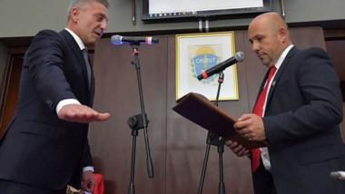 Segundo mandato. Arcioni jura como gobernador ante su vice, Sastre, con quien mejoró la relación.