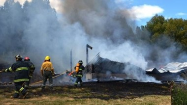 Cenizas. Así quedó el lugar luego del fuego arrasador que no dejó nada de los bienes afectados.