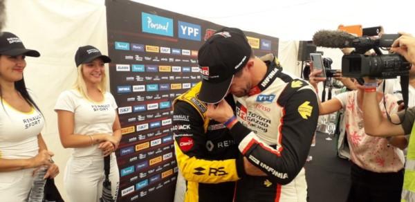 Matías Rossi fue a abrazar y felicitar a a Leonel Pernía, el primer monarca de la Era Turbo.