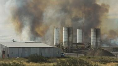 Bomberos trabajaron en la guardia de cenizas para evitar que se reaviven las llamas en campos afectados.