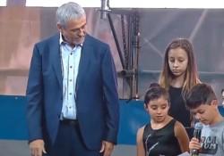 """Un nene le tomó juramento al intendente de Avellaneda: """"Por Perón, Néstor y la lealtad a Cristina…"""""""