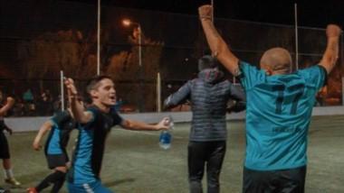 """Felipe Oyarzun corre a abrazar a Javier """"El Tibu"""" Saaud, el técnico que condujo a Manoplas a su primer título."""
