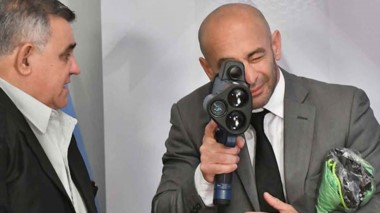 Mira. El ministro Massoni chequea uno de los flamantes radares de velocidad que se usarán en el verano.