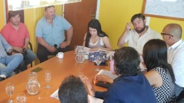 Alivio. El encuentro entre los concejales de Trelew y los taxistas donde analizaron el estudio de costos y cómo se avanzará con el incremento.