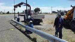 Personal de la Cooperativa trabajando en las luminarias de la Doble Trocha, con el aporte de Vialidad Provincial.